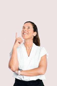 Presentadora femenina dedo acusador en el aire