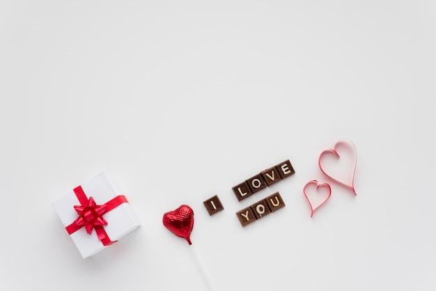 Presentar la caja cerca del corazón de caramelo y te amo inscripción.