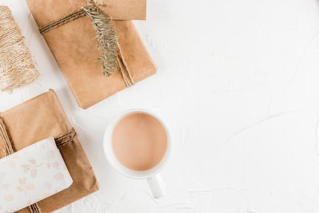Presentar cajas cerca de copa y ramita de abeto.