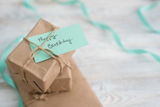 Presentar cajas envueltas en papel sobre tabla.