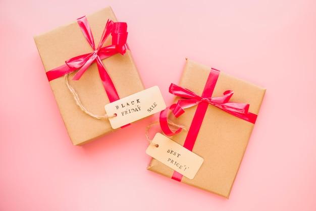 Presentar cajas con lazos rojos y etiquetas de venta.