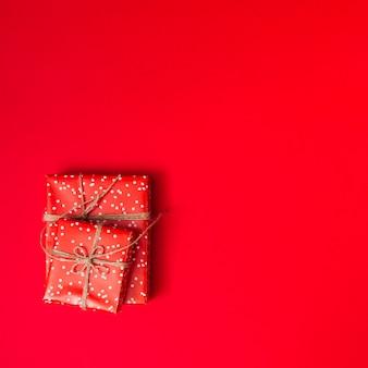 Presentar cajas en papeles de cariño con hilos.