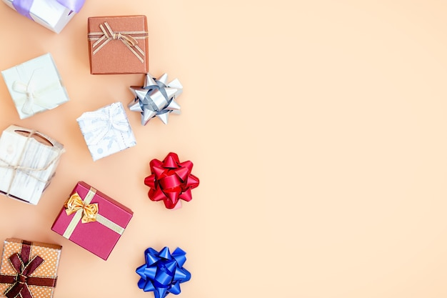Presentar cajas sobre fondo naranja. tarjeta de felicitación, concepto de vacaciones.