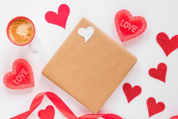 Presente con café y corazones para san valentín
