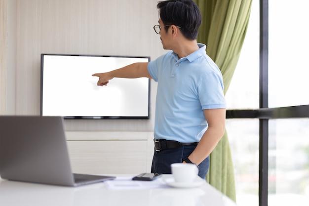 Presention empresario en la sala de conferencias con la mano apuntando a la pantalla