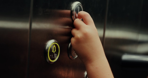 Presionando un botón en un ascensor.