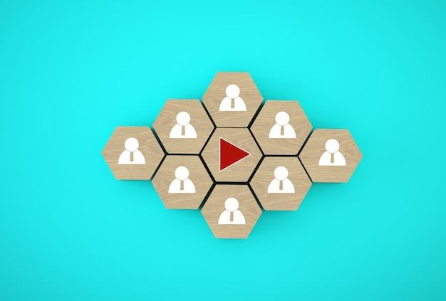 Presionando el botón de reproducción en cubos hexagonales de madera