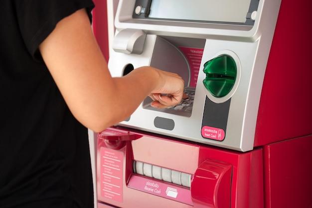 Presionando cajero automático