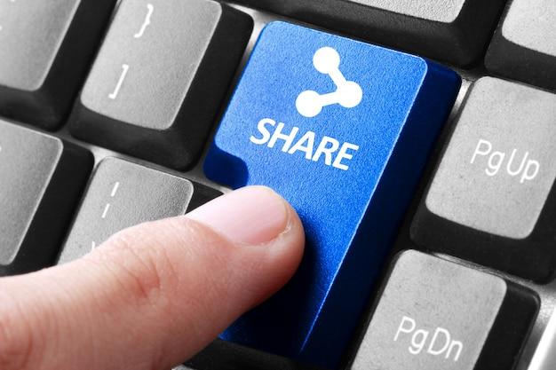 Presione a mano el botón compartir en el teclado