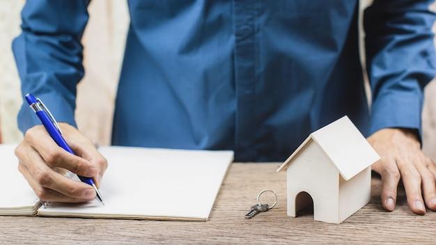 Préstamo hipotecario, concepto de hipoteca inversa. agente inmobiliario firma el contrato de certificación.