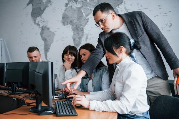 Preste atención a esto. grupo de personas en conferencia de negocios en el aula moderna durante el día