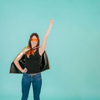 Pretty superwoman en pose de vuelo
