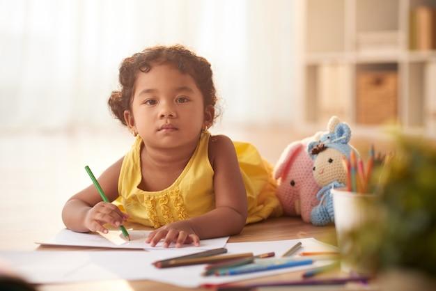 Pretty toddler envuelto en dibujo