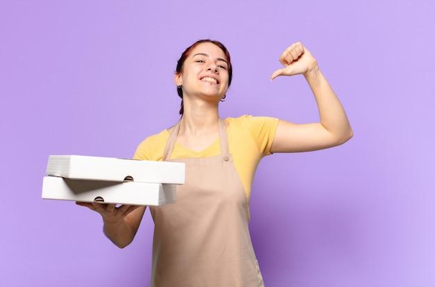 Pretty woman con cajas de comida rápida para llevar