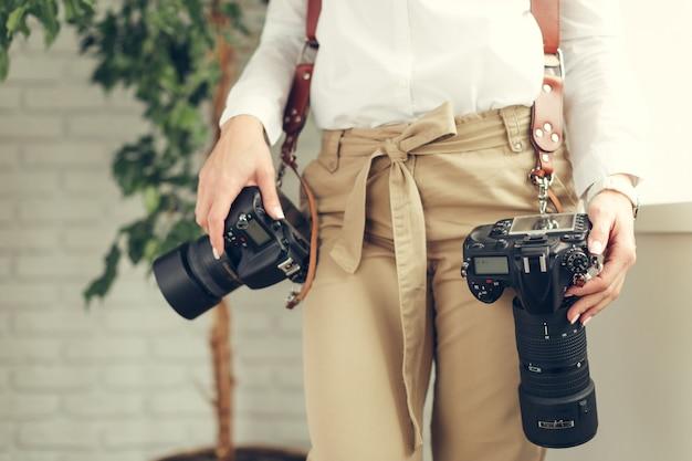 Pretty woman es una fotógrafa profesional con cámara réflex digital