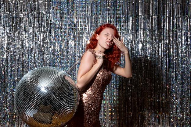 Pretty woman en fiesta disco en cortinas brillantes