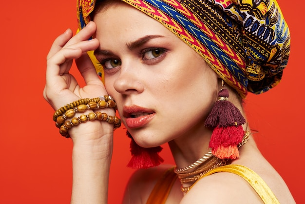 Pretty woman mantón multicolor etnia estilo africano decoraciones aisladas de fondo. foto de alta calidad