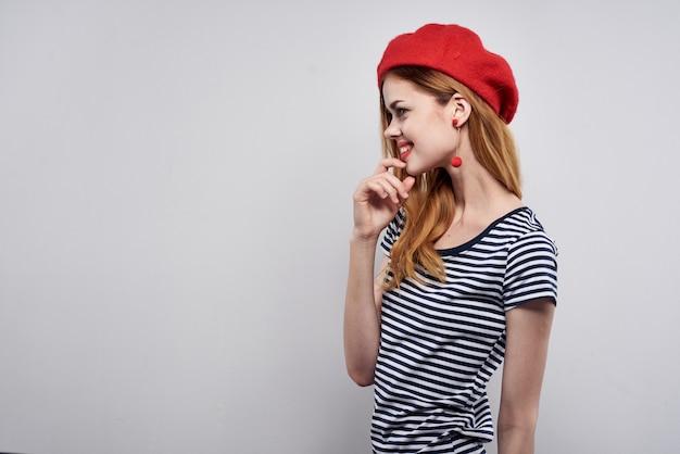 Pretty woman vistiendo un sombrero rojo maquillaje francia europa moda posando modelo studio