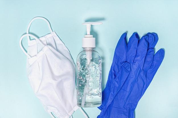Prevención contra el coronavirus. máscaras médicas, guantes y gel desinfectante para manos, vista superior. protección contra el coronavirus