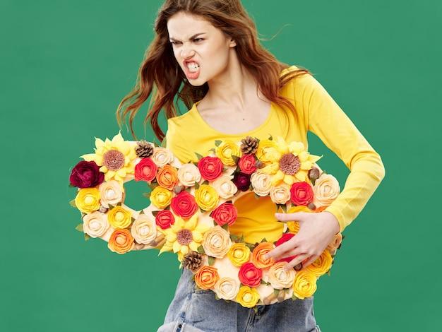 Primavera hermosa joven con flores, mujer posando con un ramo de flores, día de la mujer