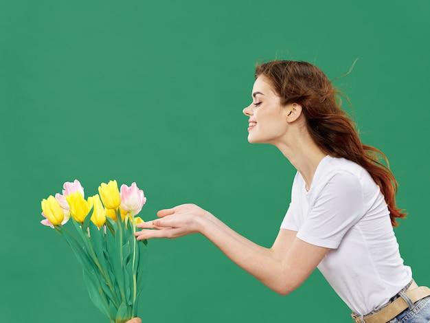 Primavera hermosa joven con flores