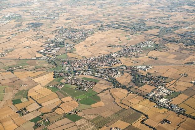Primavera en italia. vista aérea con prados. pequeño pueblo.
