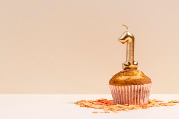 Primer aniversario cupcake en mesa