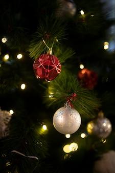 Primer árbol de navidad con bolas