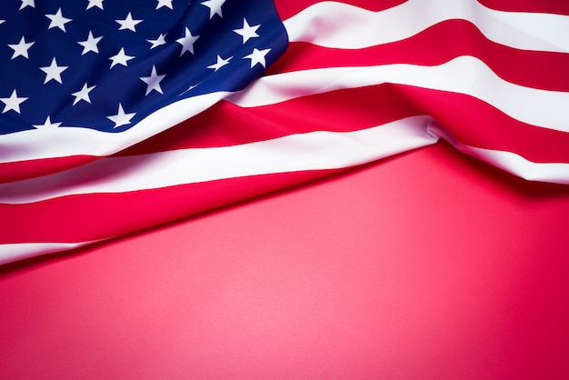 Primer de la bandera americana en fondo rojo.
