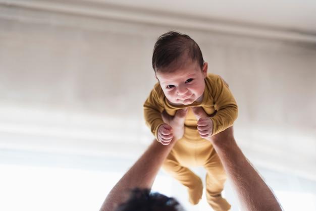 Primer bebé retenido por el padre
