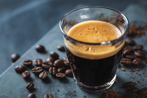 El primer del café express fresco clásico sirvió en superficie oscura.