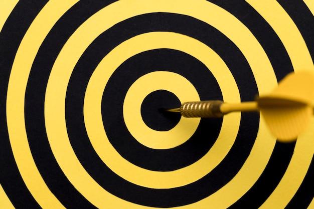 Primer centro de tablero de dardos con flecha