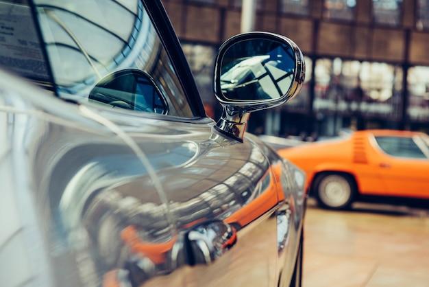 Primer del coche viejo con la pintura color plata en la demostración del automóvil.