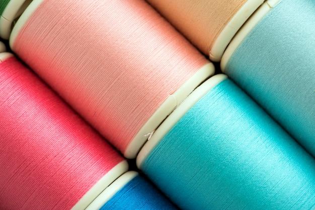 Primer colorido del fondo de los hilos de costura