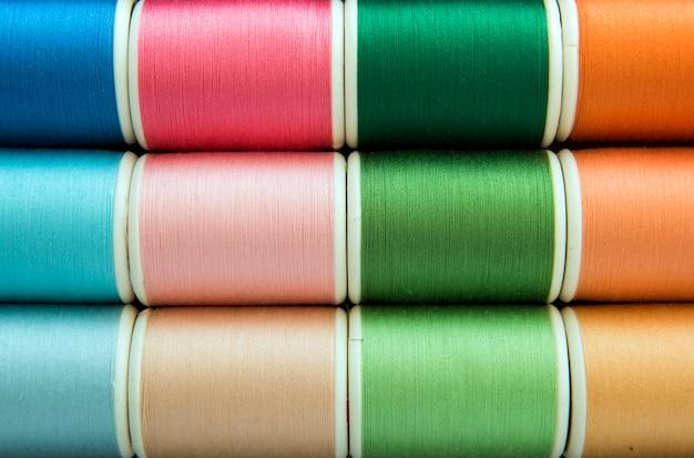 Primer colorido del fondo de los hilos de coser