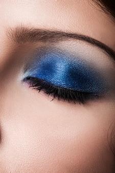 Primer colorido maquillaje de ojos.