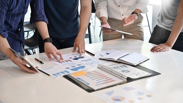 Primer concepto de negocio de inicio, reunión de negocios del equipo y análisis de datos financieros en papel de documento.