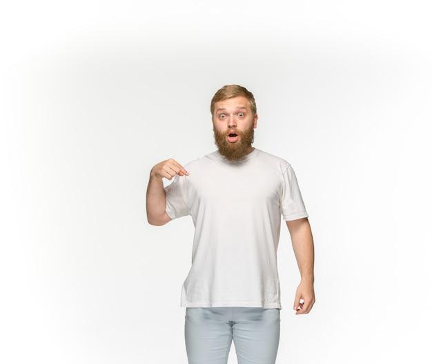 Primer del cuerpo del hombre joven en la camiseta blanca vacía aislada en el espacio blanco. simulacros de concepto de diseño