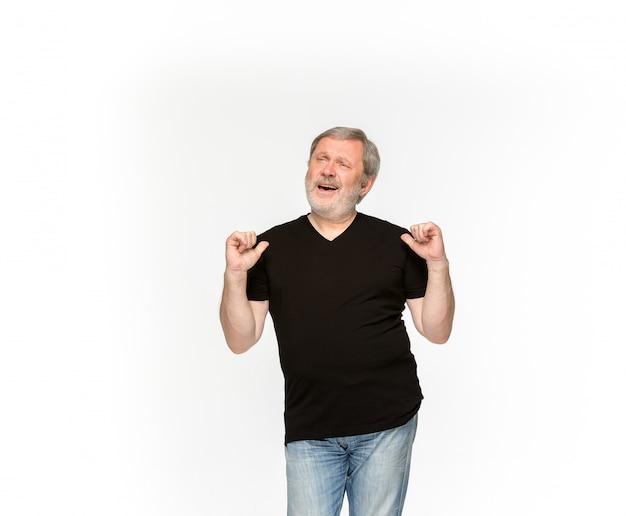 Primer del cuerpo del hombre mayor en la camiseta negra vacía aislada en el fondo blanco. simulacros de concepto de diseño