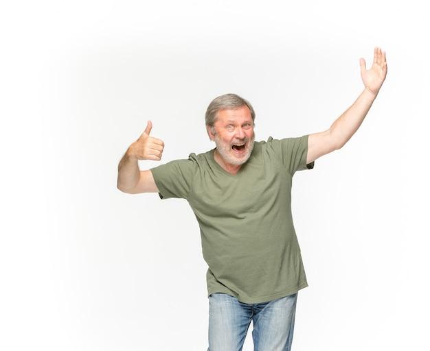Primer del cuerpo del hombre mayor en la camiseta verde vacía aislada en el espacio blanco. simulacros de concepto de diseño