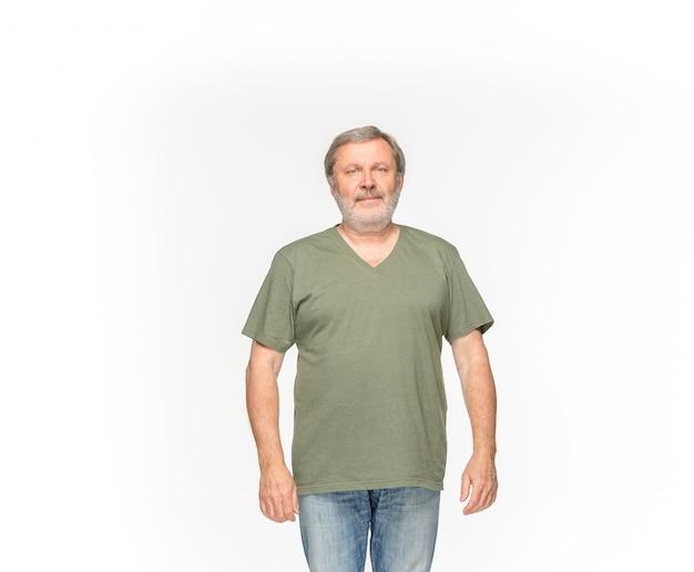 Primer del cuerpo del hombre mayor en la camiseta verde vacía aislada en el fondo blanco. simulacros de concepto de diseño