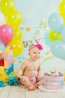 Primer cumpleaños aplastar el pastel. crema en las piernas