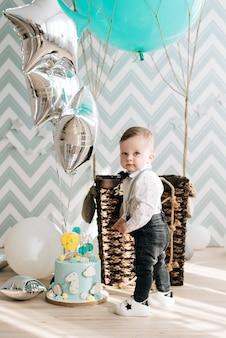 Primer cumpleaños del bebé lindo bebé sonriente es una fiesta infantil de 1 año con globos