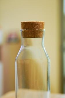 Primer disparo de enfoque selectivo de una botella vacía con corcho