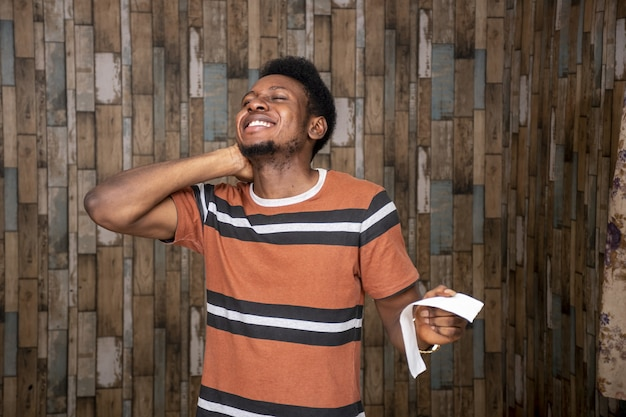 Primer disparo de un joven africano feliz