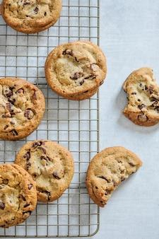 Primer disparo vertical de galletas de chocolate al horno