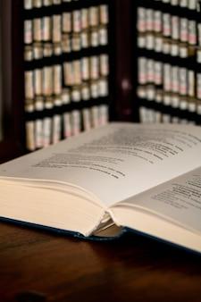 Primer disparo vertical de un libro sobre una mesa con fondo borroso