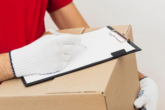 Primer empleado de entrega firmando documentos
