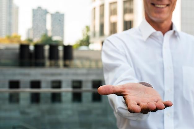 Primer empresario sosteniendo la mano