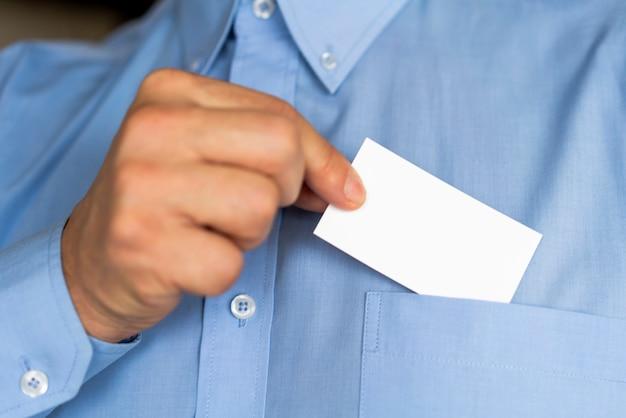 Primer empresario sosteniendo una tarjeta